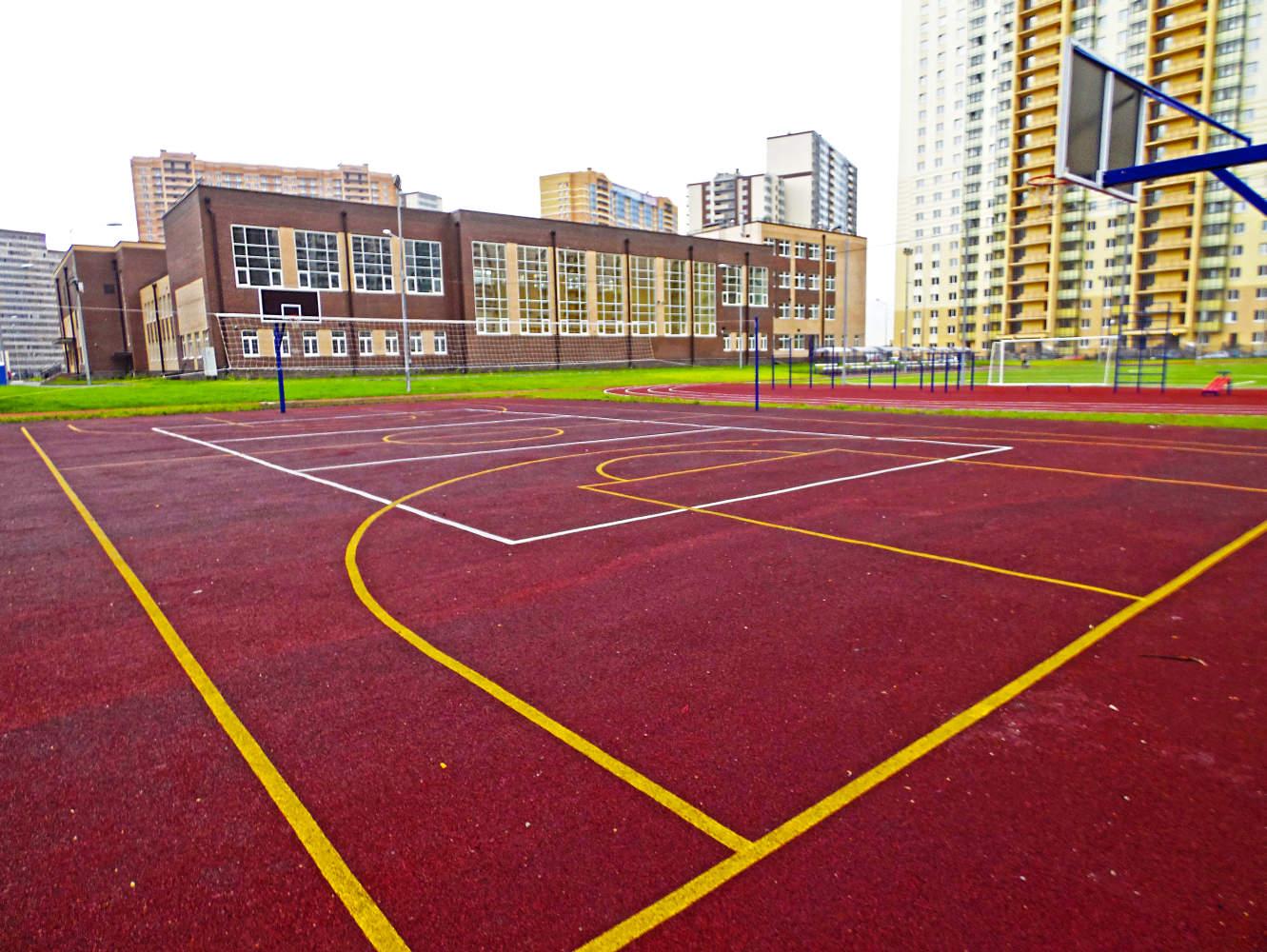Спортивная площадка в шаговой доступности